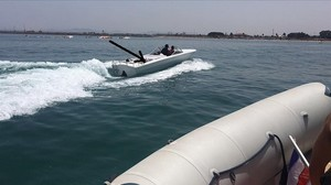 Imagen de archivo de una embarcación de recreo en la que viajaban inmigrantes llegados a una playa de Melilla, en agosto del 2017.