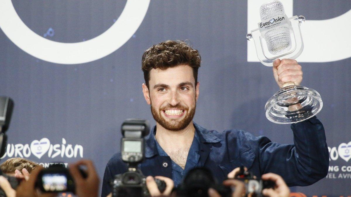 Duncan Laurence con su trofeo como ganador de Eurovisión 2019.