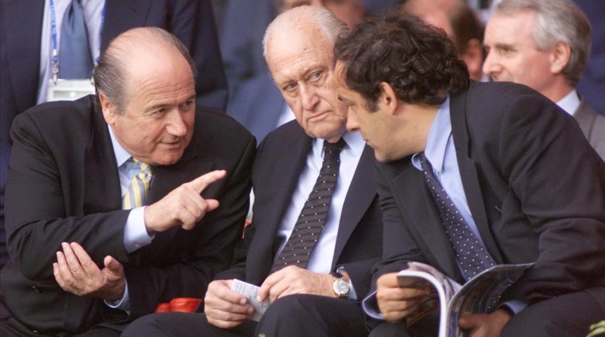 Mandatarios reunidos: Blatter, Havelange y Platini, en París (Mundial 1998).