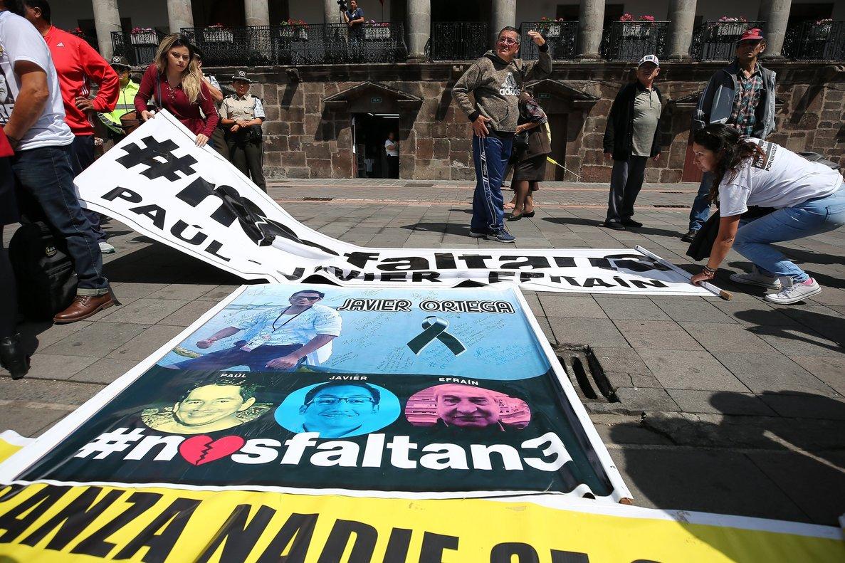 Protestas de los familiares del equipo de prensa secuestrado y asesinadosen la frontera entre Ecuador y Colombia.