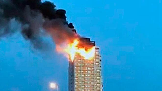 El edificio en llamas que se ha quemado parcialmente en Madrid.