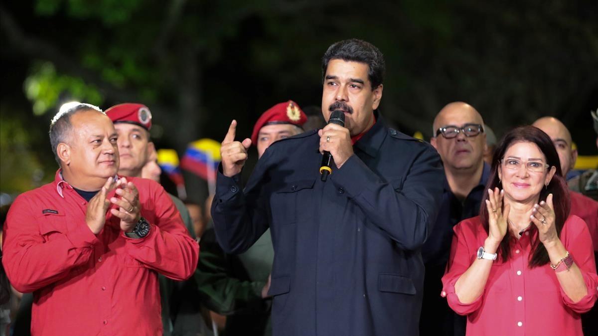 Maduro se dirige a sus seguidores tras anunciar la victoria en las elecciones a gobernadores.