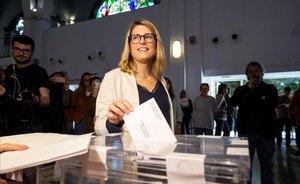 Elsa Artadi vota en el Centro Cívico Pere Pruna de Barcelona.