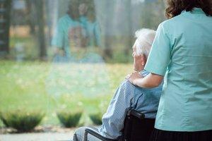 Un enfermo de alzhéimer, con su cuidadora.