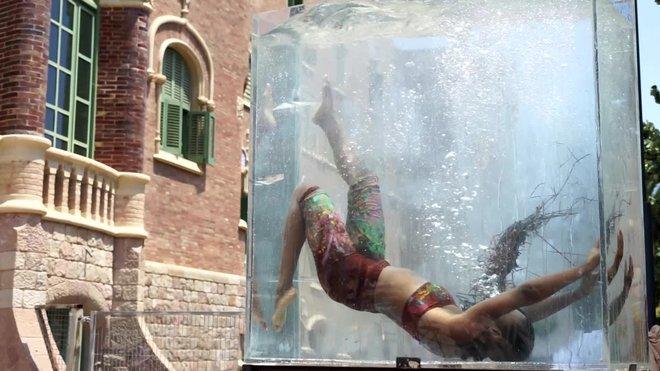 Ensayo de espectáculo 'Nova normalitat' de La Fura, frente al edificio modernista del Hospital de Sant Pau.
