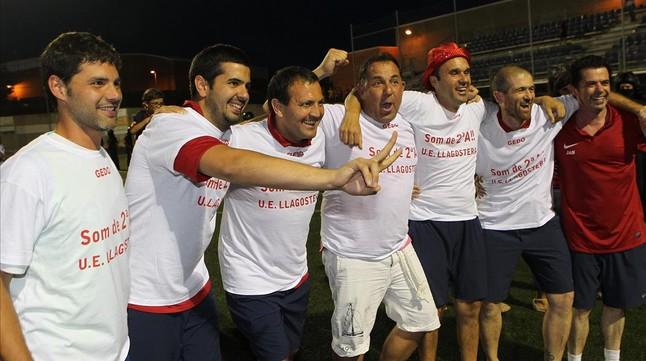El entrenador del Llagostera, Oriol Alsina (con pantalón blanco), celebra el ascenso junto a su cuerpo técnico.