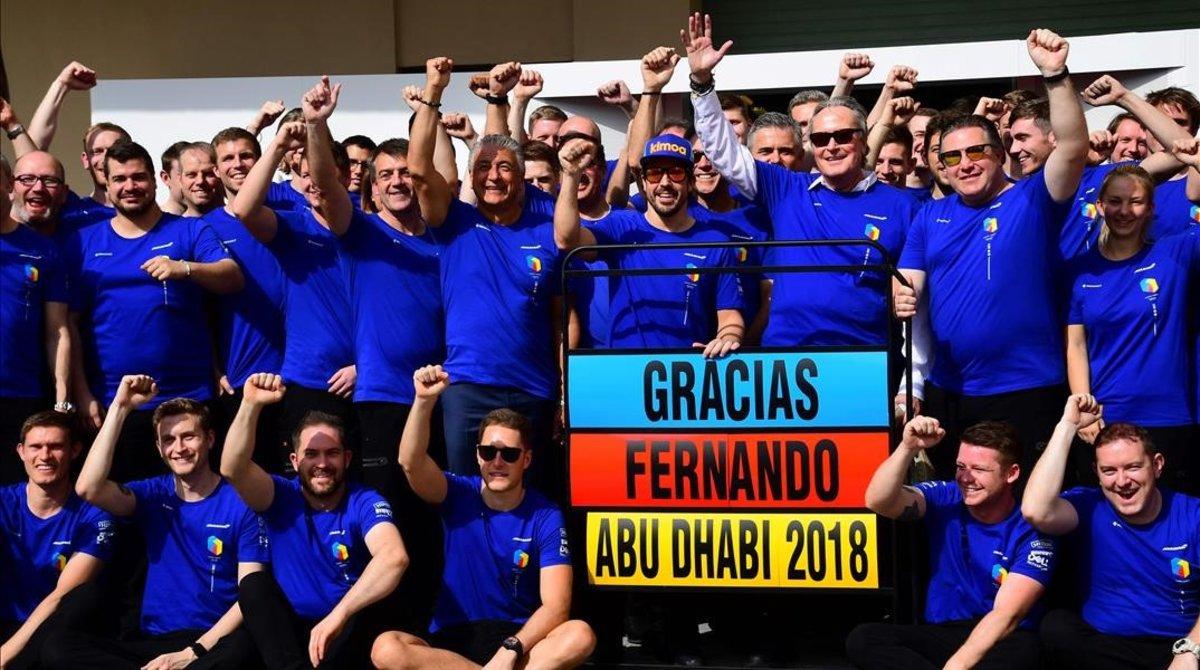 El equipo McLaren se vistió de azul para despedir al asturiano Fernando Alonso, bicampeón del mundo de la F-1.