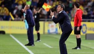 Ernesto Valverde da instrucciones durante el Las Palmas-Barça.