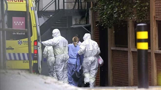 España registra 567 muertos por coronavirus en las últimas 24 horas. En la foto, llegada de los primeros enfermos con coronavirus al Gran Hotel Colón de Madrid.