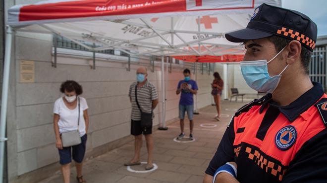España registra 8.618 nuevos casos de coronavirus desde el viernes. En la foto, cola para realizar pruebas PCR en Santa Coloma de Gramenet.