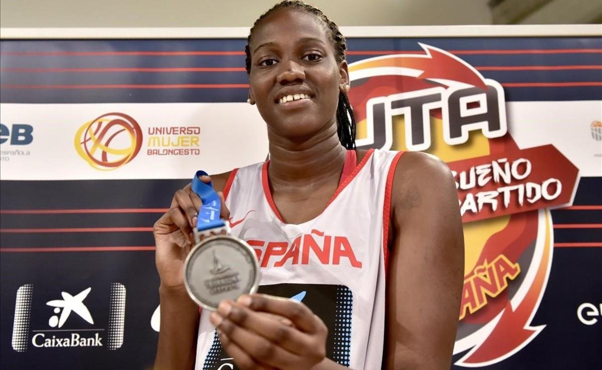 La española Nogaye Lo muestra la medalla de plata del equipo de baloncesto 3x3.