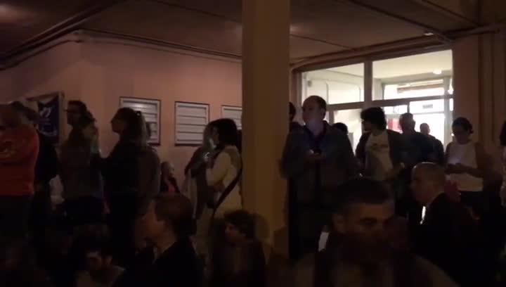 Esperando las urnas en el CEIP Bogatell de Barcelona.