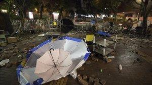 Estado en el que quedó la entrada de la Universidad Politécnica de Hong Kong tras los disturbios de esta semana.