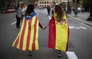 Dos jóvenes se dan la mano en la manifestación del 3 de octubre en Barcelona contra la represión del 1-O