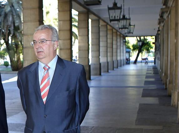 El exconsejero andaluz de Empleo Antonio Fernández, a su llegada a los juzgados de Sevilla, en el 2012.