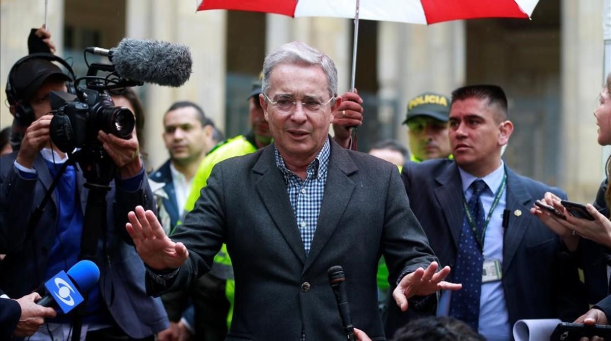 El expresidente Álvaro Uribe gesticula tras votar en el referéndum, este domingo, en Bogotá.