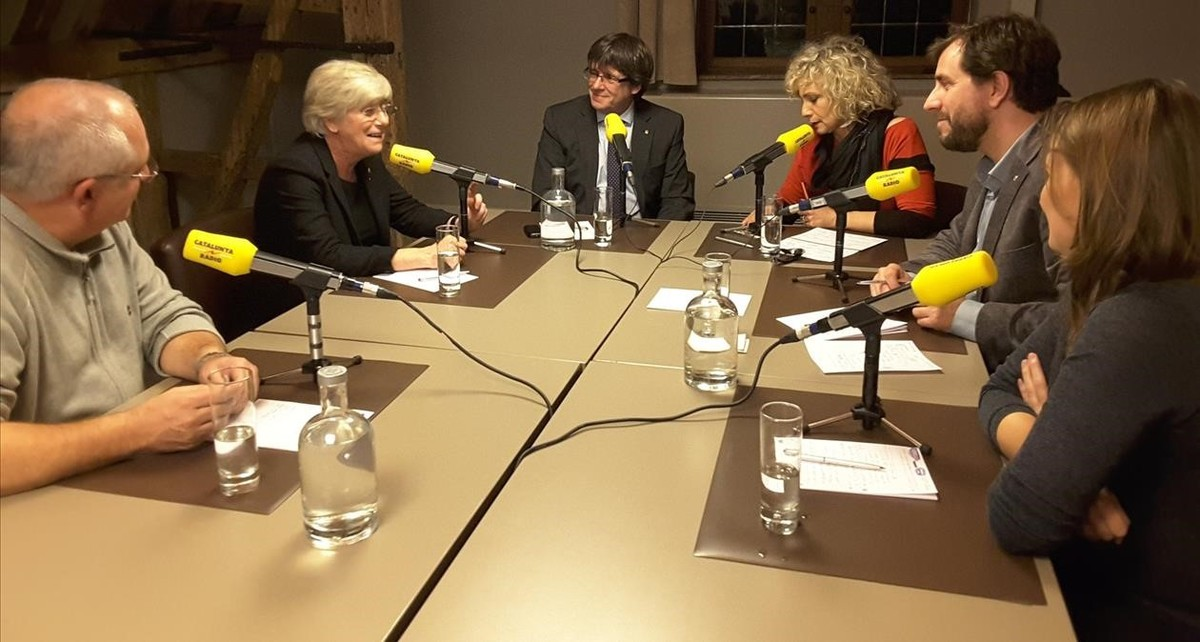 El expresidentePuigdemont y los exconsellers durante la entrevista, en Bruselas, a Catalunya Ràdio.