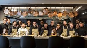 Romain Fornell, con su equipo, en la cocina del nuevo Caelis en Ohla Barcelona y tras la barra.