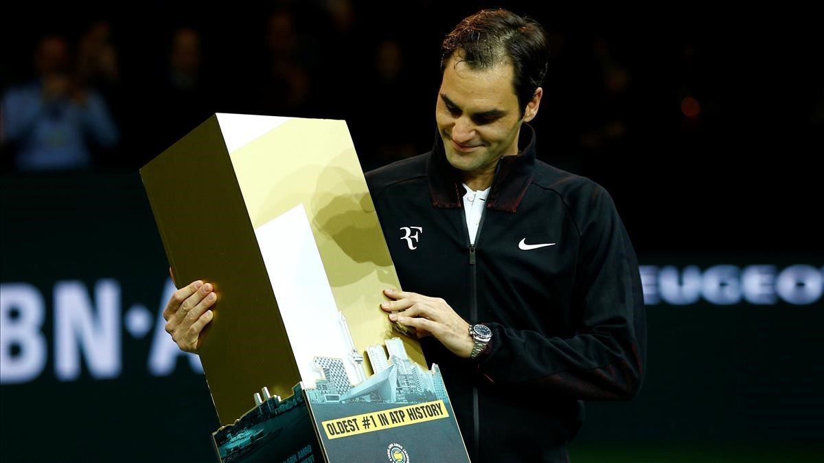 Federer posa con el n. 1, ayer en Rotterdam.