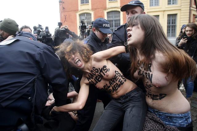 Activistas del grupo feminista Femen protestan ante los juzgados de Lille (Francia) a la llegada del exdirector del Fondo Monetario Internacional Dominique Strauss Khan.