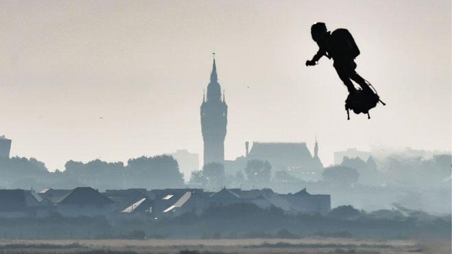 Frank Zapata cruza el Canal de la Mancha en 'flyboard'.