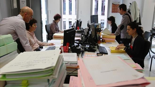 Funcionarios trabajando en Barcelona en una imagen de archivo