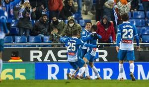 Gerard es felicitado por Sergio García y Darder tras el gol.