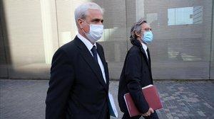 Germà Gordó, con su abogado, Cristobal Martell, sale de la Ciutat de la Justícia.