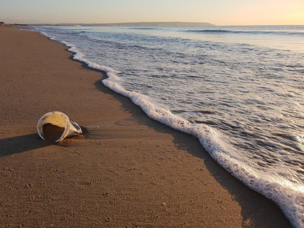 EnGravity Wave recogen el plástico del Mediterráneo y producen fundas para móviles.