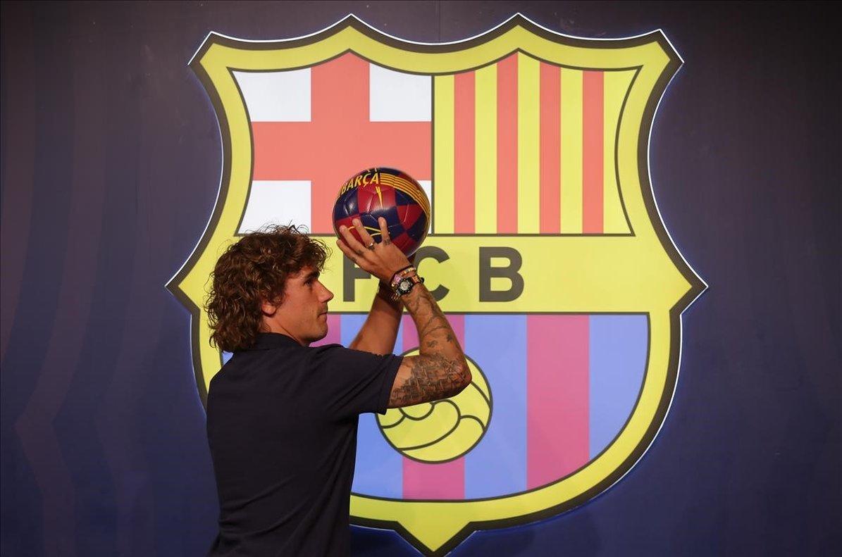 Griezmann simula tirar a canasta tras el posado en la tienda del Barça junto al Camp Nou.