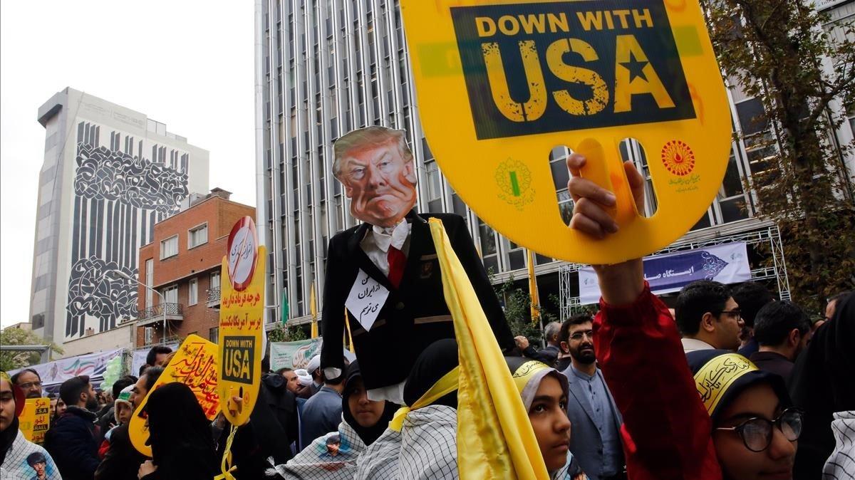 Un grupo de manifestantes muestran pancartas contra EEUU, este lunes, en Teherán.