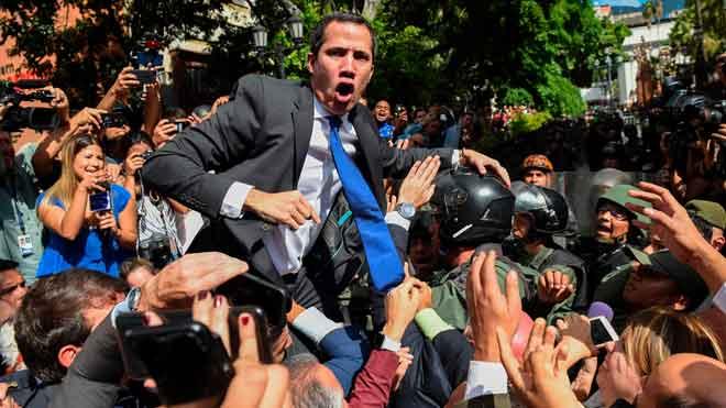Guaidó logra entrar al Parlamento por la fuerza.