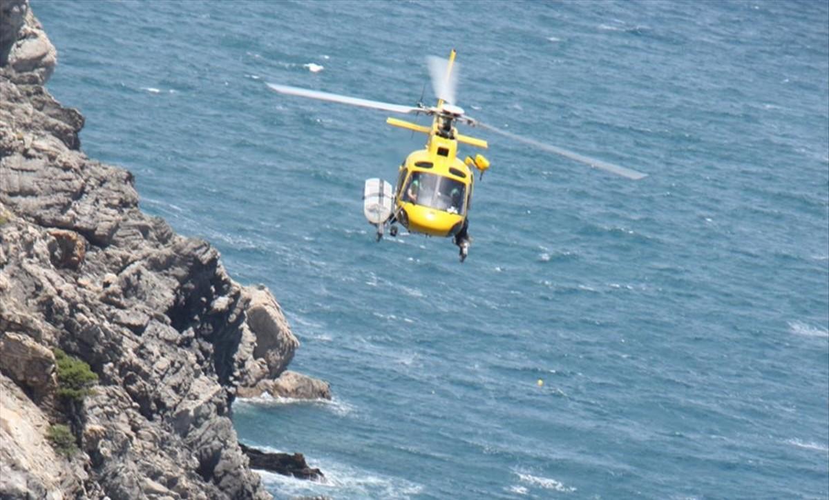 Un helicóptero de la Generalitat durante un rescate.