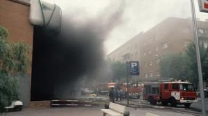 El humo y el desconcierto se apoderó de Hipercor después del sangriento atentado de 1987.