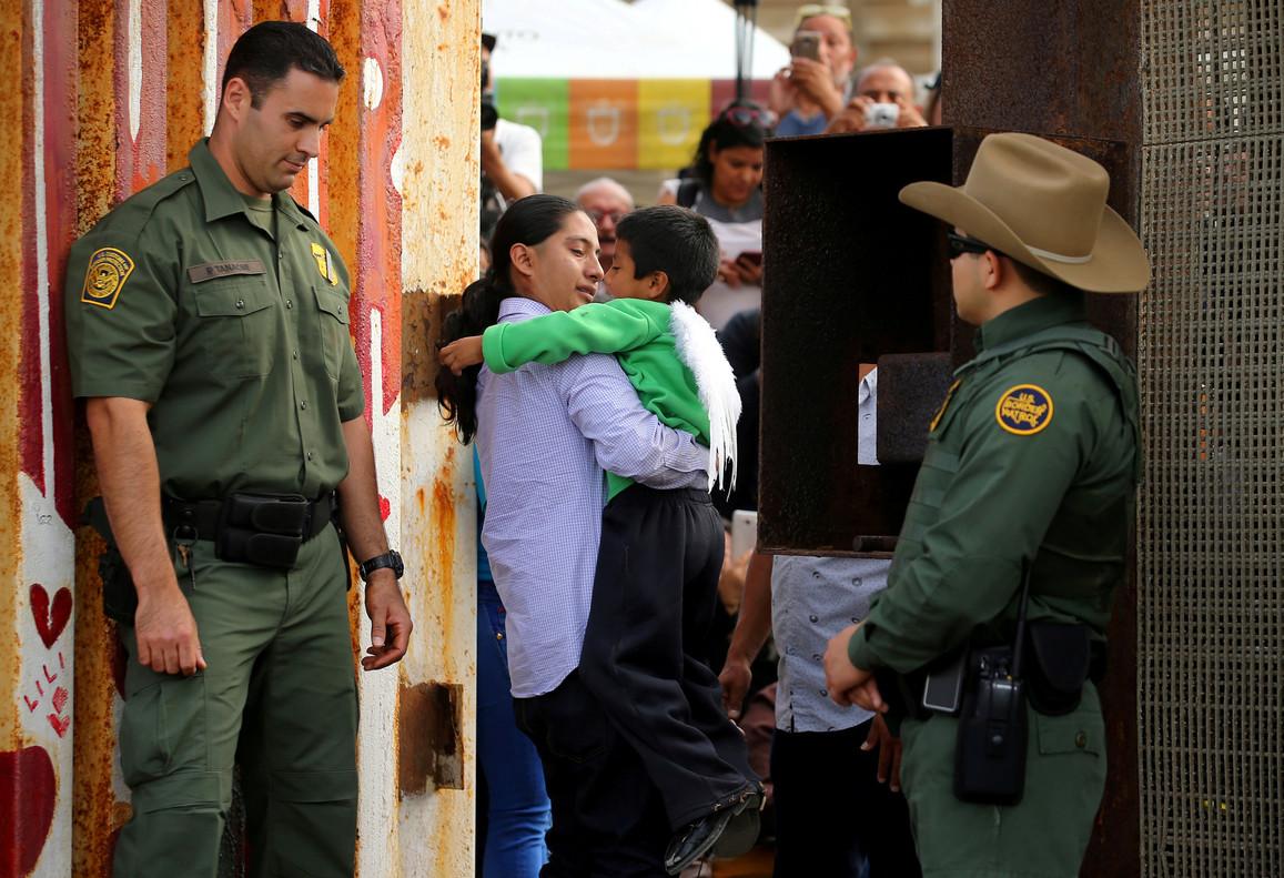 Un hombre abraza a un niño en la frontera con México en California, el pasado 19 de noviembre.