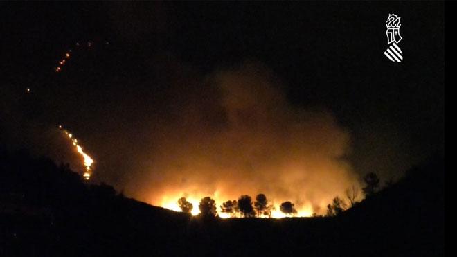 El incendio de la sierra de Llutxent calcina más de mil hectáreas.