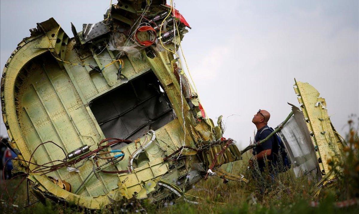Un investigador inspecciona los restos del avión malasio siniestrado.