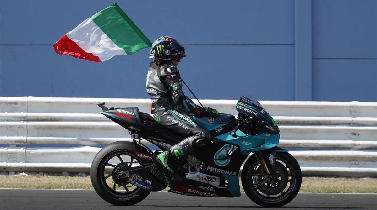 El italobrasileño Franco Morbidelli (Yamaha) pasea la bandera italiano, hoy, en Misnao, tras ganar su primer GP de MotoGP.