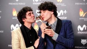 Javier Calvo (derecha) y Javier Ambrossi, en la gala de los Feroz, besando el galardón que conquistaron por La llamada.
