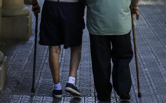 Dos ancianospasean por una calle.