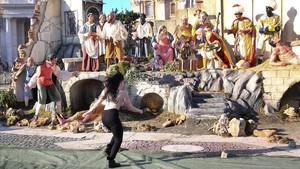 Una activista de Femen intenta emportar-se el Nen Jesús del pessebre del Vaticà