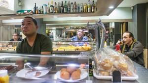 Clientes siguen la declaración de independencia de Carles Puigdemont en el Bar Frankfurt La Cabaña, regentado por gallegos, en Barcelona.