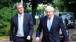 El secretario para Irlanda del Norte,Julian Smith, con el primer ministro británico,Boris Johnson, en Belfast.
