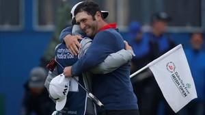 Jon Rahm se abraza con su cadi tras ganar en Irlanda.