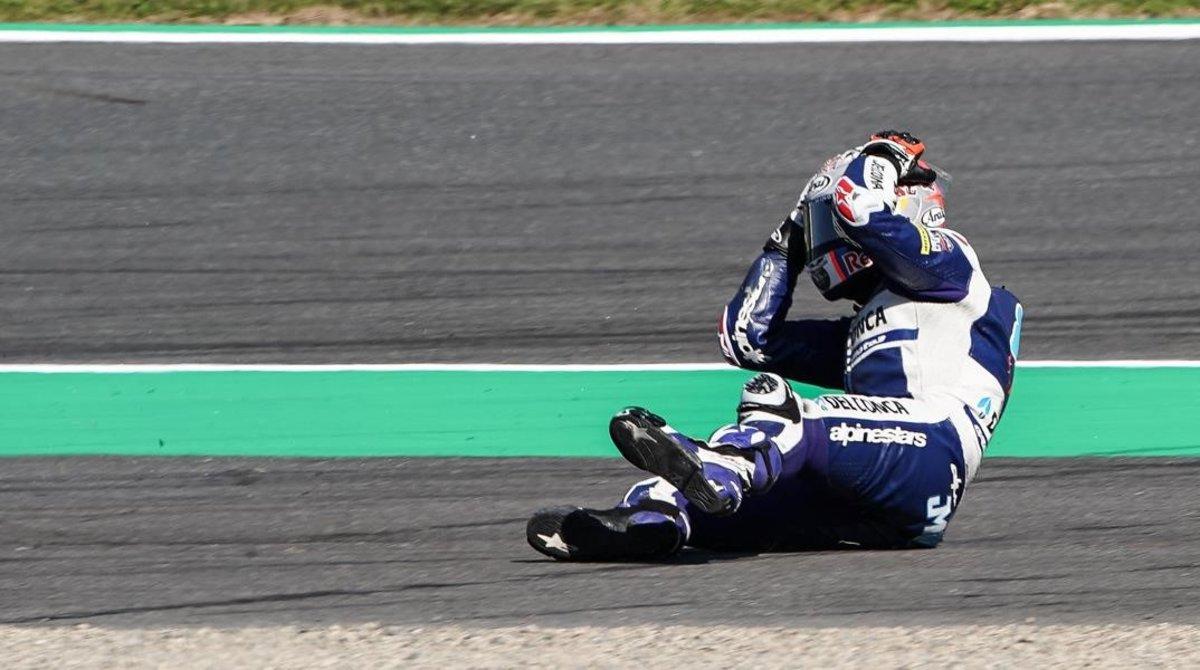 Jorge Martin (Honda) se lamenta en la pista del error que ha cometido hoy, en Motegi, y que le hacer perder toda la ventaja que tenía sobre su rival, el italiano Marco Bezzecchi, que ha terminado ganando.