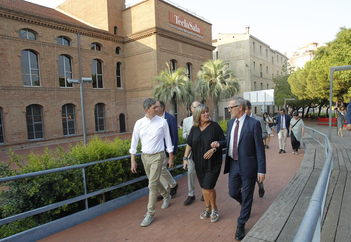 José Guirao junto a la alcaldesa y autoridades en su visita al Centro Cultural Tecla Sala de LHospitalet