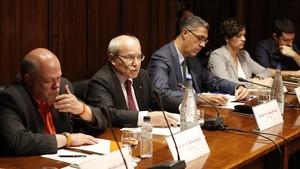 El 'expresident' José Montilla, junto a Xavier García Albiol yotros senadores de designación autonómica, en el Parlament
