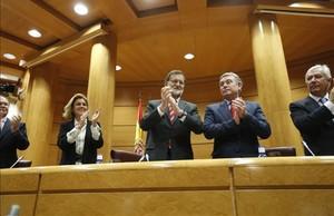 El presidente del Gobierno, Mariano Rajoy, junto al presidente del PP en el Senado, JoséManuel Barreiro.
