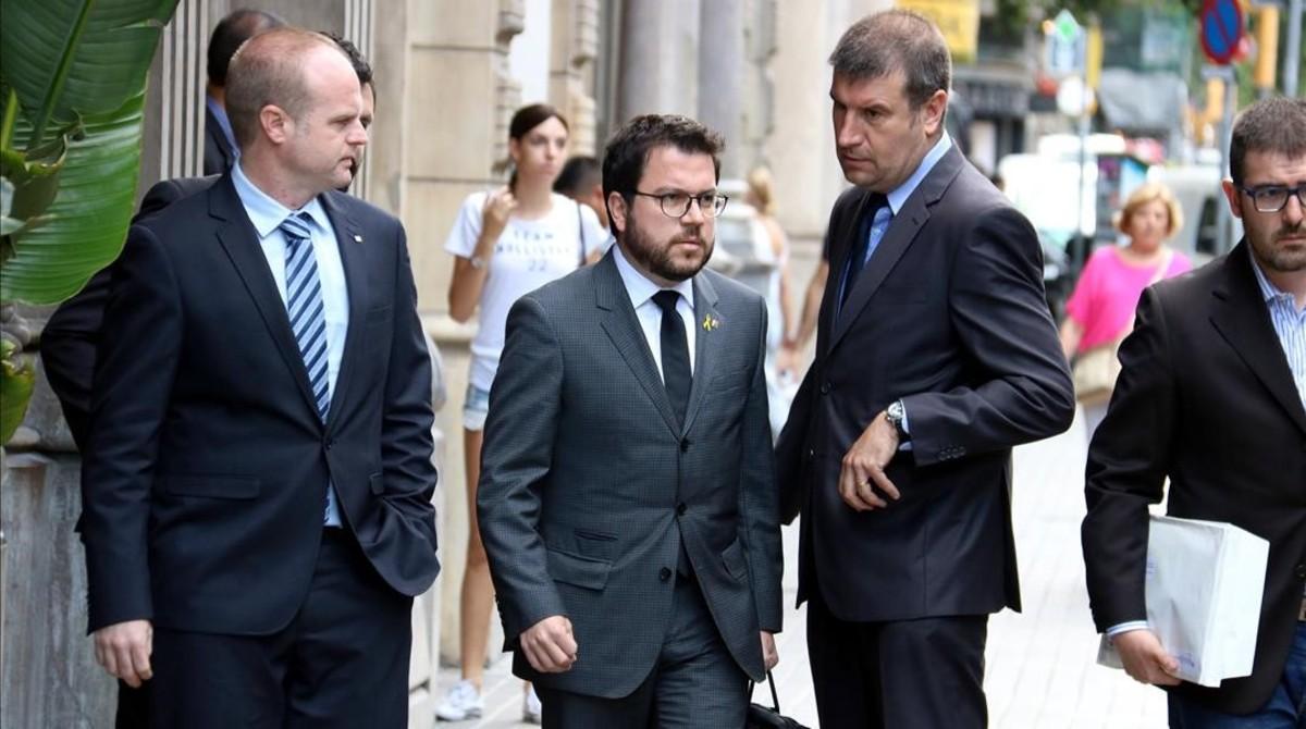 El vicepresidente del Govern y 'conseller' de Economía, Pere Aragonés, llegando al departamento de Economía