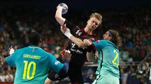 El jugador del Veszprem Aron Palmarsson lanza a portería ante los azulgranas Sorhaindo y Viran Morros.